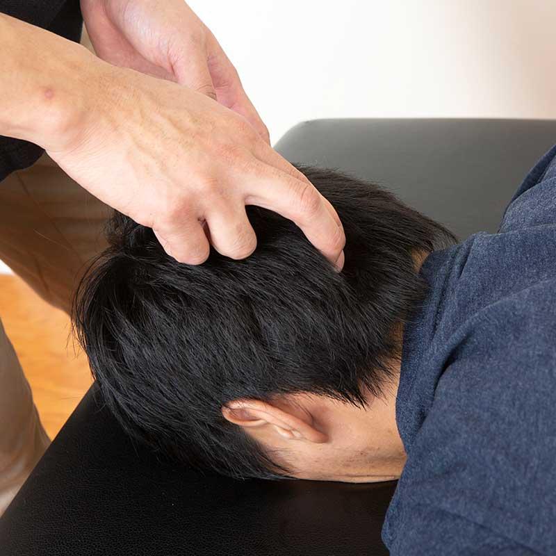 肩の筋肉(そうぼうきん)は後頭部に付いています。ですから、肩こりの患者様には頭部のマッサージを行います。肩コリで頭痛や目の奥が痛い方に有効です。また、ここが原因で視力低下を起こしている方はここをマッサージするだけで視力がよくなるケースもあります。肩の筋肉(そうぼうきん)は後頭部に付いています。ですから、肩こりの患者様には頭部のマッサージを行います。肩コリで頭痛や目の奥が痛い方に有効です。また、ここが原因で視力低下を起こしている方はここをマッサージするだけで視力がよくなるケースもあります。