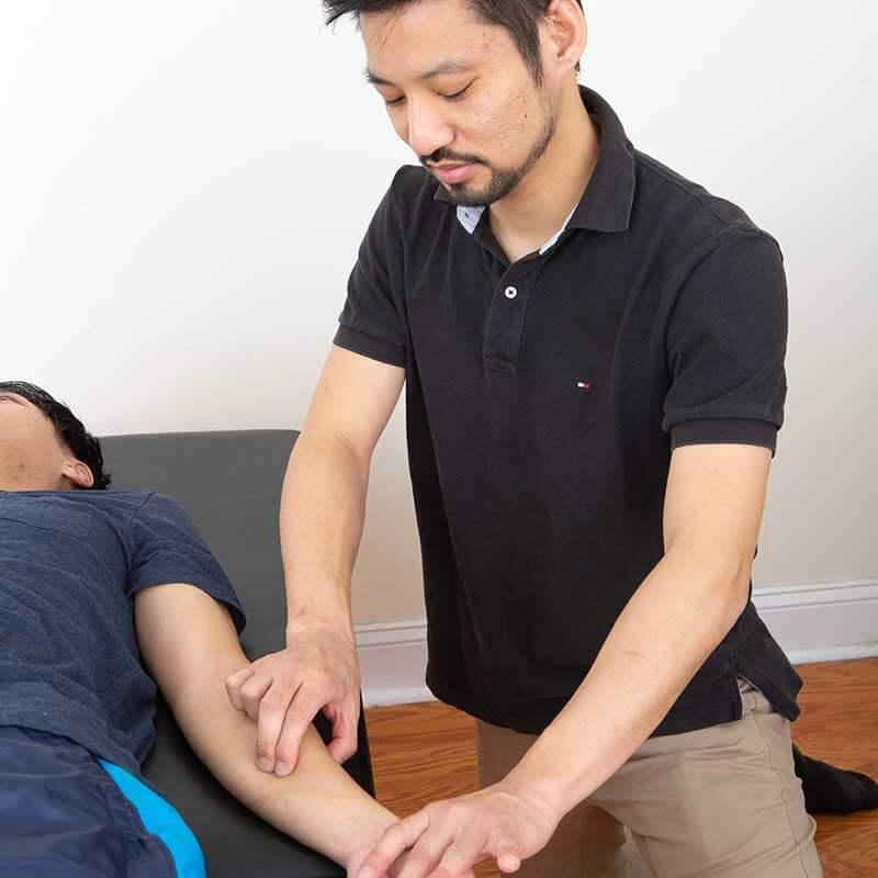 肩こり、首に痛みやコリがある方は、腕に問題があるケースがほとんどです。ですから、当院では肩や首に痛みがあったとしても、腕を入念にマッサージします。