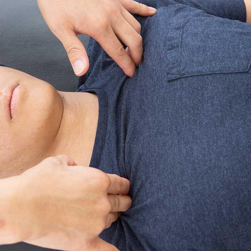 肋骨の間の筋肉のマッサージ
