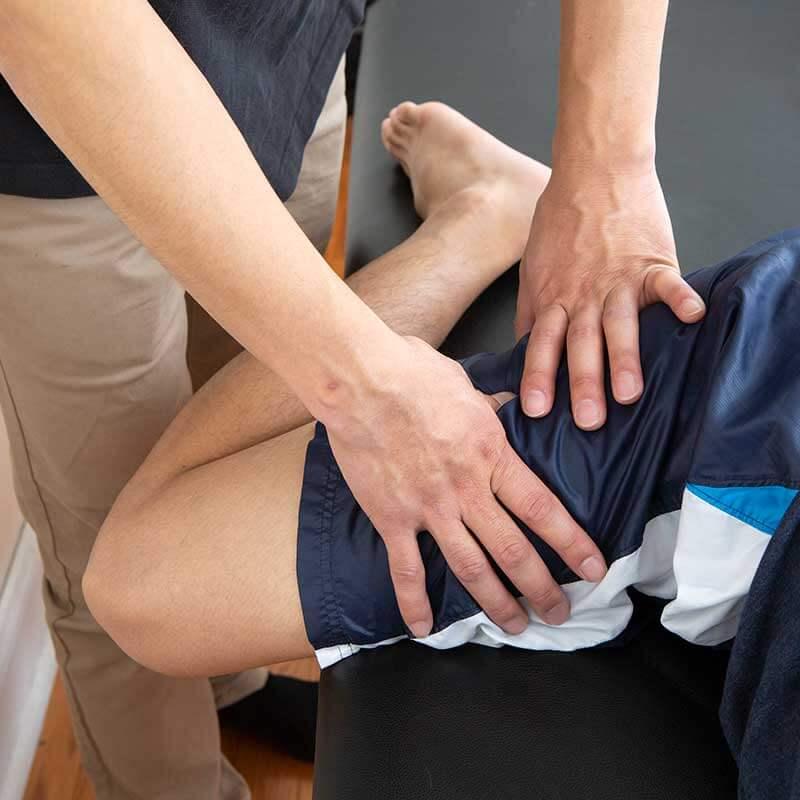 股関節の外側の筋肉(大腿筋膜張筋だいたいきんまくちょうきん・腸けい靭帯ちょうけいじんたい)のマッサージ