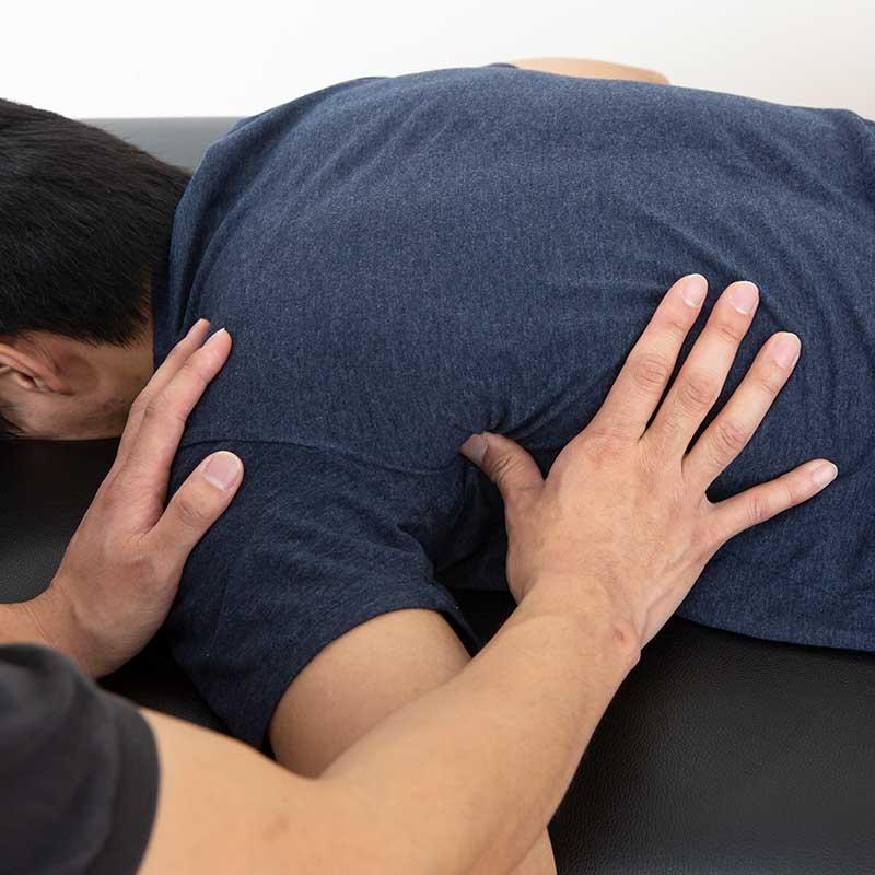 肩甲骨の外側のマッサージ